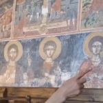 Stolz und Kenntnisreich erläutert uns die Schwester die Bedeutung der metabyzantinischen Fresken