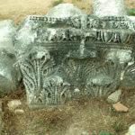 Gehört wahrscheinlich inn eine frühere Epoche (4. Jhdt): theodosianisches ?) Pilasterkapitel