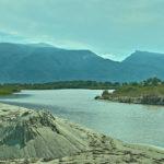 Hier versickert der größte Teil des Flusses, wenige Meter, bevor er das Meer am Strand erreicht hat