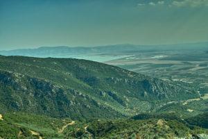 Blick aus dem Mavrovouni in die Thessalische Ebene. Links zu erkennen die Limni Karla, die lange Linie ist der umdeichte Wasserkanal