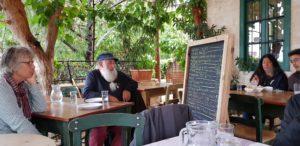 Es ist eine Eigenart auf Kreta, dass man nicht auf täglich aktualisierte Speisekarten setzt, sondern das Angebot auf kreidebeschriebenen großen S chultafeln  vor die Gäste setzt. Für zarte Kellnerinnen mitunter ein gewaltiger Kraftakt