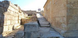 Enge Gassen führten zwischen den Häusern hinauf auf die Plateia des Ortes.