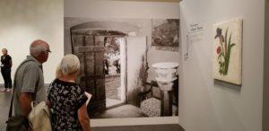 Die Ausstellung wird durch historische Fotos aus dem Haus ergänzt