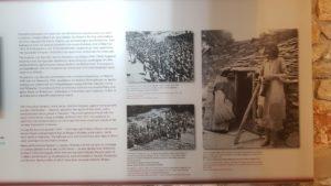 In der Ausstellung wird auch  an die Verbrechen der deutschen Wehrmacht 1943-44 erinnert: wie in vielen Regionen Griechenlands, wurden Dörfer aus Rache für Widerstandshandlungen ausgelöscht, ihre Beohner ermordet. Eine Entschädigung bleibt der Rechtsnachfolger, die Bundesrepublik Deutschland, bis heute schuldig.