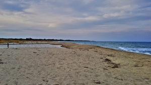 Die selbe Stelle, September 2019. Das Meer hat eine Barriere aus Sand aufgetürmt, die dem Fluss den Zufluss verwehrt.  Das Meerwasser bleibt klar.