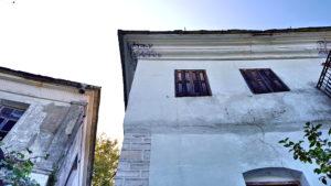 Unterschiedliche Behandlung der Kranzgesimse beider Bauten zeigt die stilistischen Wandel