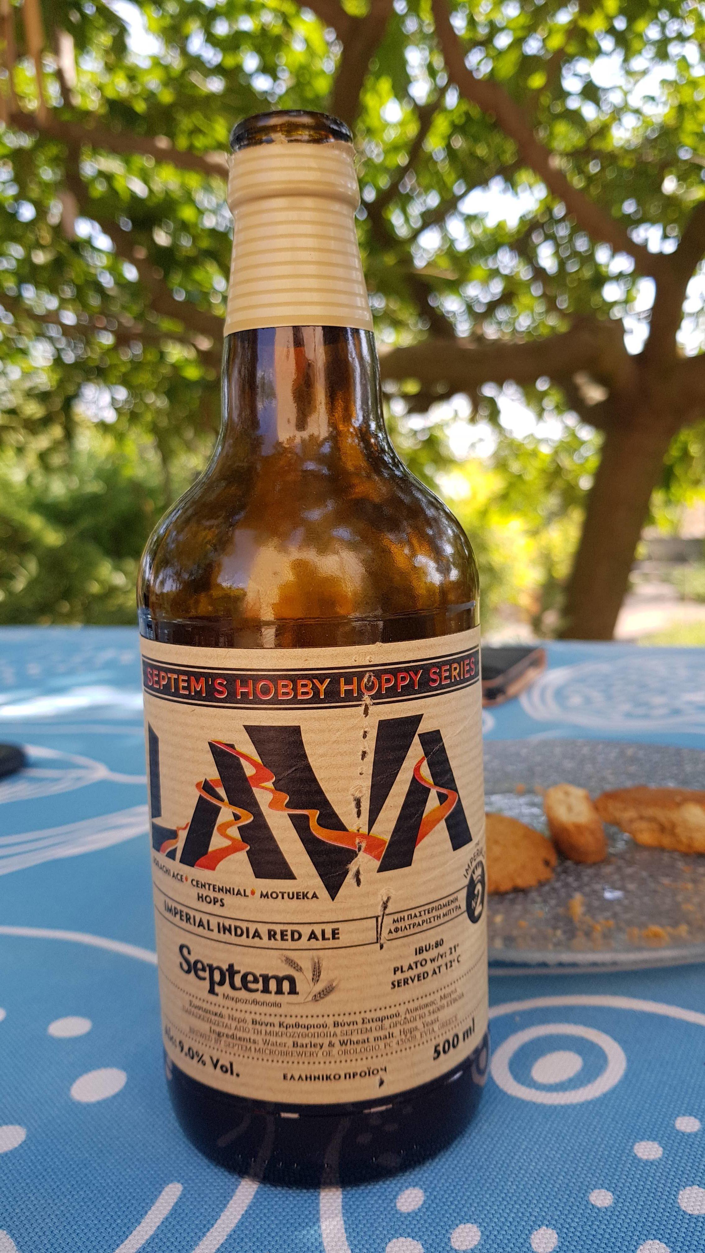 """Es gibt mittlerweile sogar ziemlich gutes Bier hier. Die kleine Privatbrauerei """"Septem"""" aus Orologio von der Insel Evia (Euböa, Ευβοια) hat sich auf """"Craft-Biere"""" spezialisiert. Zusammenstzung wie nach deutschem Reinheitsgebot. Dieses Erzeugnis ist ziemlich Dunkel, hat 9% Alk und ist stark gehopft."""