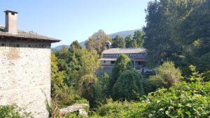 Der Ort Kissos mit Kirche im Hintergrund