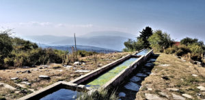 Eine Viehtränke auf 1900 Meter Höhe, unterhalb des Ossa-Gipfels. Die Berge im Hintgergrund geöhren zum Olymp-Massiv.