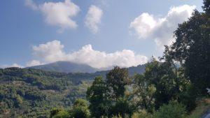 Im Pilion: Wolken kratzen an den bewaldeten Bergen