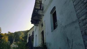 """Tsangarada  Zwei der wenigen, noch erhaltenen historischen Häuser, so genannte """"Archontika"""" (Herrenhäuser).  Zwischen der Bauzeit der Häuser liegen nur etwa 30 Jahre. Das eine, erbaut in den 1860er Jahren, nimmt noch den osmanisch-griechischen Stil auf, während das Hintere, entstanden um 1900, einen zurückhaltenden, westlich-klassizistischen Stil reflektiert"""